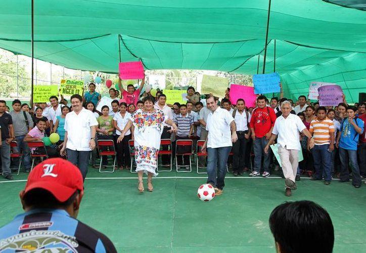 Mientras que autoridades estatales y municipales patean un balon, estudiantes de Tekax pedían una escuela de educación superior. (SIPSE)