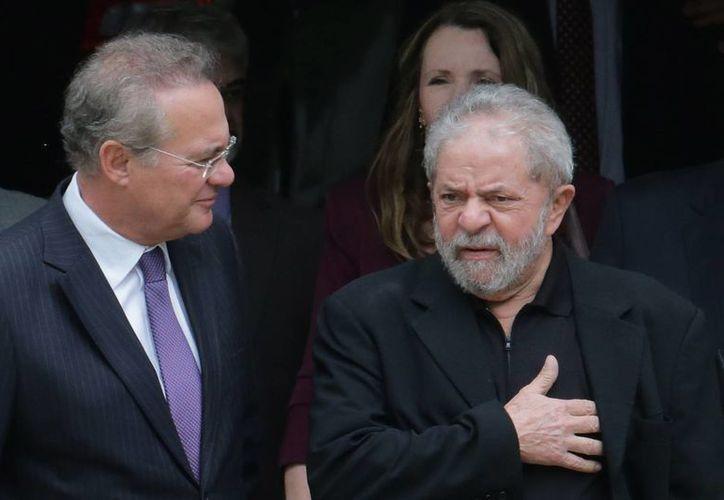 El ex presidente de Brasil, Luiz Inácio Lula da Silva (der), y el presidente del Senado, Renan Calheiros, tras salir de un desayuno con senadores de la base aliada del gobierno, en Brasilia, Brasil. (Agencias)