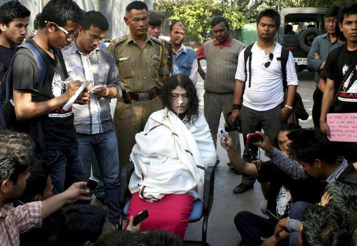 Irom Sharmila atiende a sus seguidores en el exterior de la Casa de Manipur, en Nueva Delhi. (Foto de archivo/EFE)