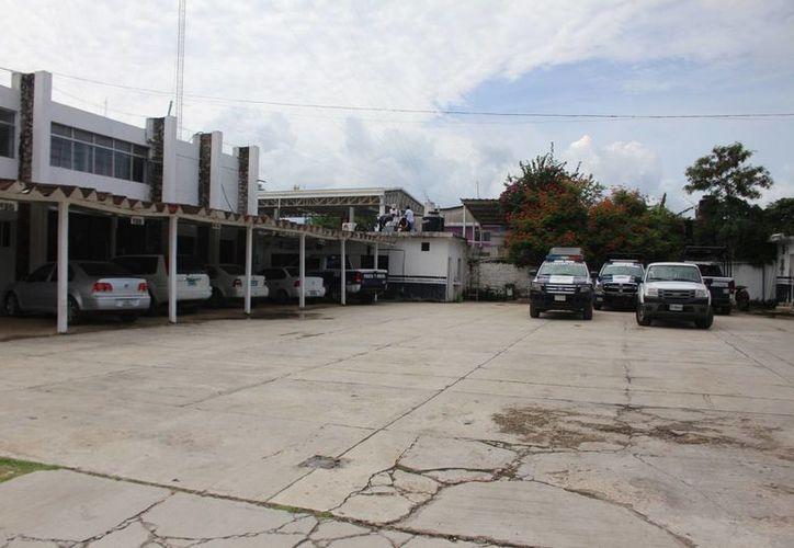 Procedieron a asegurar a los agentes  para trasladados a la ciudad de Felipe Carrillo Puerto. (Benjamín Pat/ SIPSE)