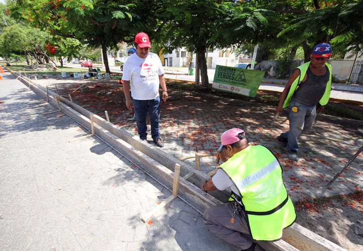 Personal de Obras Públicas construye la guarnición que delimita el espacio público. (Cortesía)