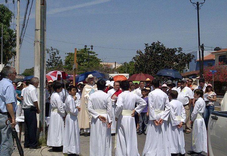 La procesión es custodiada por elementos de la SSP. (Martha Chan/SIPSE)