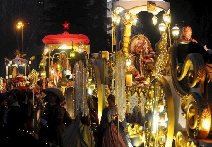 Manuela Carmena, alcaldesa de Madrid, ha decidido que los Tres Reyes Magos de dos de las tradicionales cabalgatas que recorren la ciudad durante la noche de Reyes (5 de enero) sean mujeres.- (Twitter: @elmundoes)