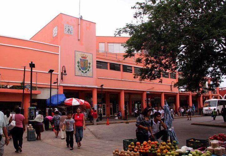 No es un secreto que en la zona del mercado 'Lucas de Gálvez' se pueden comprar desde las tradicionales gallinas y gallos, hasta cardenales. (SIPSE)