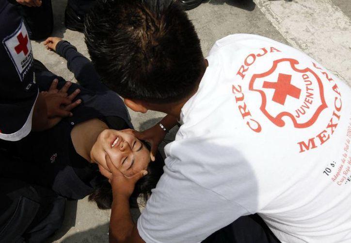 Personal de la Cruz Roja y elementos 'Relámpagos' atendieron a las víctimas del desbarrancamiento en el Estado de México. (Notimex/Foto de contexto)