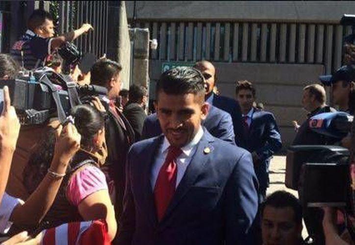 Los jugadores de Chivas al bajar del autobús oficial de inmediato ingresaron a la Basílica, donde tuvieron una misa privada. (@ESPNmx)