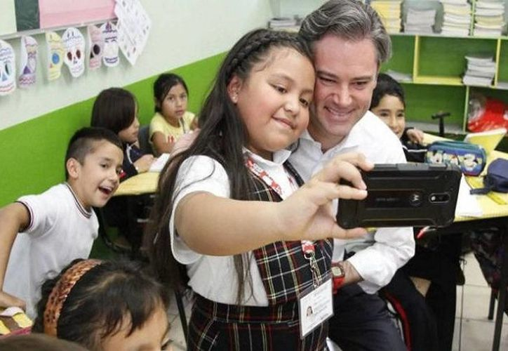 El titular de la SEP, Aurelio Nuño, le regaló un tercer libro a Andrea ante el asombro de sus compañeros. (noroeste.com.mx)