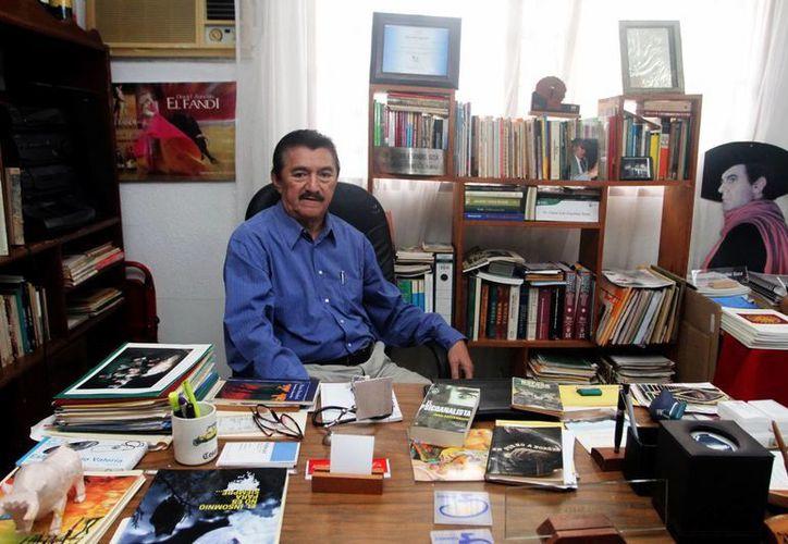 """""""Nací en Pocboc (Hecelchakán, Campeche) donde comencé a apreciar la naturaleza, la literatura y el arte gracias a mi padre, quien era profesor rural, y así conocí diferentes comunidades"""", aseguró el médico César Iván Espadas Sosa. (Milenio Novedades)"""