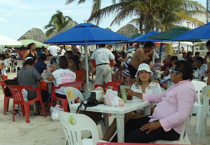 Muchos turistas regionales buscan pasar estas fechas en costas yucatecas. (Foto: Redacción/SIPSE).