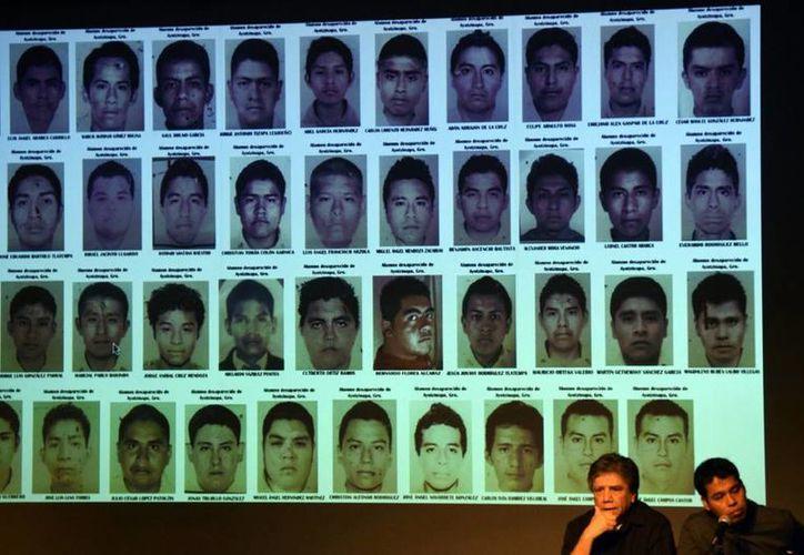 Julio César Guerrero y Omar García durante una conferencia de prensa el pasado mes de marzo en San Antonio, Texas (EU) sobre la desaparición de los 43 estudiantes de Ayotzinapa, México. (EFE/Archivo)