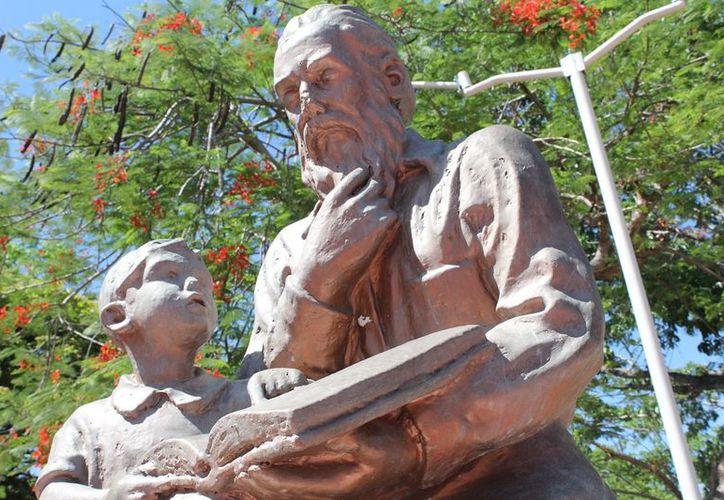 Este monumento recuerda las cualidades de un docente. (Foto: SIPSE)