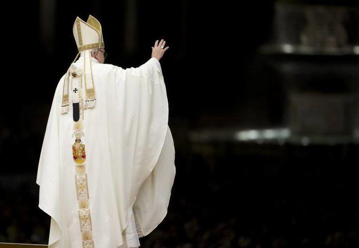 El papa Francisco saluda a monjas y sacerdotes en la Plaza de San Pedro, camino a la Basílica del Vaticano para celebrar la misa del Día de la Candelaria, el 2 de febrero de 2016. (AP/Andrew Medichini)