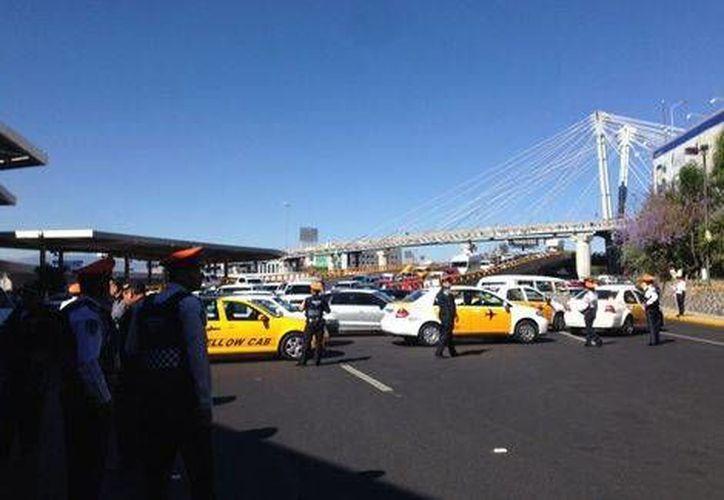 Unos 50 manifestantes cerraron tres de los cuatro carriles de la calle Capitán Carlos León, donde se encuentra el acceso a la Terminal 1 del AICM. (Milenio)