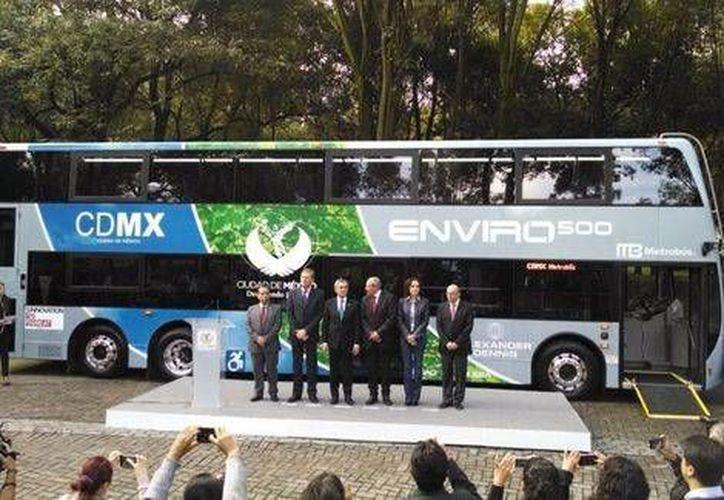 Miguel Ángel Mancera, acompañado del embajador de Reino Unido, Taylor Duncan, presentaron el nuevo autobús de dos pisos que puede transportar el equivalente a las personas que viajan en 100 automóviles. (Milenio)