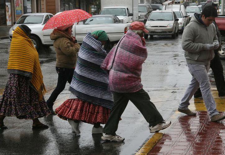Se pidió a la población abrigarse bien y extremar precauciones con el uso de calentones. (Notimex)
