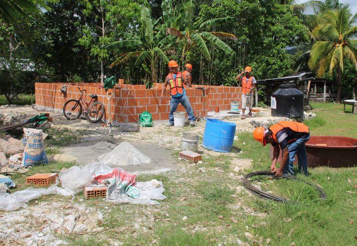Mencionaron que se tiene que tener mucho cuidado con el material que utilizan, además de que hay trabajadores que aún están aprendiendo. (Carlos Castillo/SIPSE)