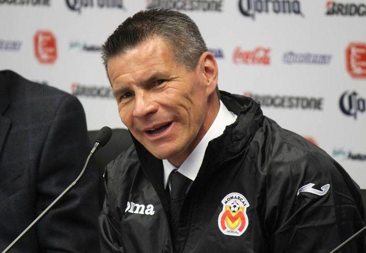 Alfredo Tena se va por la 'puerta de atrás' de Monarcas Morelia, tras siete partidos en lo que no ganó. (Foto de archivo de Notimex)