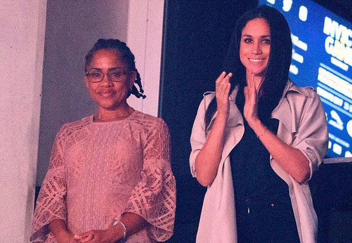 Meghan Markle (derecha) mantuvo en secreto los detalles de su despedida. Su madre, Doria Dadlan, (izquierda) no asistió. (DailyMail)