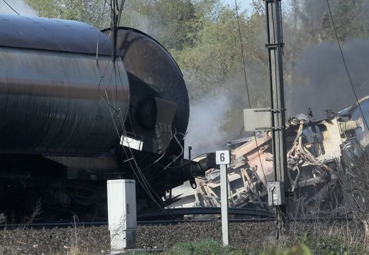 Tras el descarrilamiento, explosiones e incendio sobrevino la evacuación a 500 metros a la redonda. (EFE)