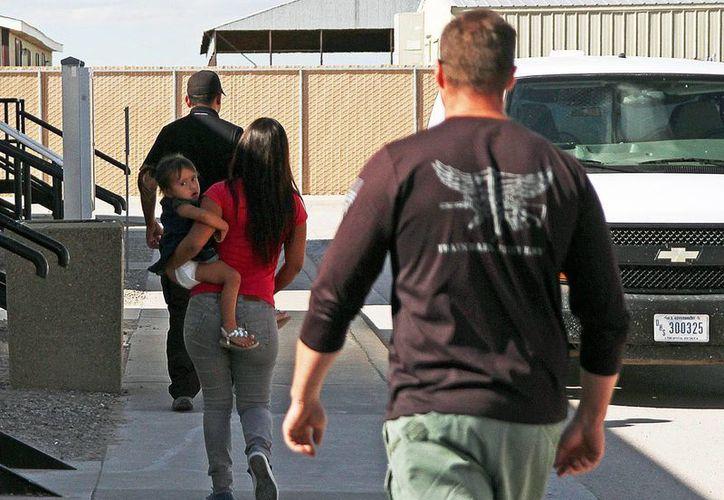 Las autoridades migratorias dejaron en libertad a unos 41 mil miembros de familias que deberían cumplir posteriormente una comparecencia. (AP)