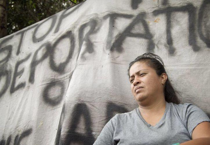 En la foto Jenny Aguilar que estaba en huelga de hambre desde en la entrada del Centro de Detención Krome en Miami, donde su esposo estaba detenido y a la espera de ser deportado. (Agencias)