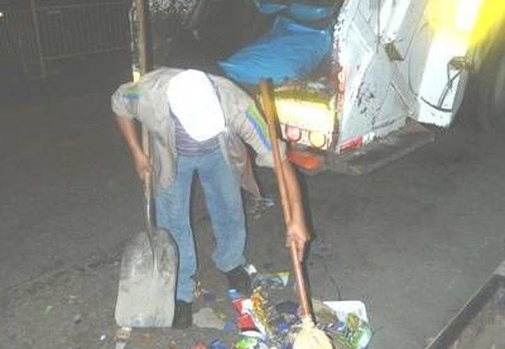Personal del Ayuntamiento trabajó a marchas forzadas para dejar limpias las calles de Mérida. (SIPSE)