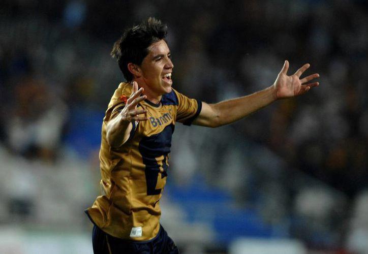 Efraín Velarde festeja el primer gol de Pumas. (Agencias)