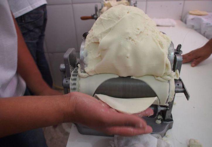 Los tortilleros anunciaron que a partir del lunes 18 de enero de 2016 el precio del kilo de tortillas en Yucatán subirá de 16 a 17 pesos. (William Casanova/SIPSE)