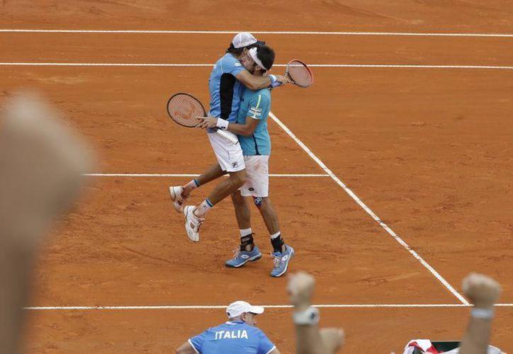 Carlos Berlocq y Leonardo Mayer, la pareja argentina, celebra el triunfo en dobles que le dio vida en la Copa Davis, ante Italia. (AP)