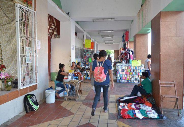 Los vendedores reclaman que ahora les cobras 10 pesos, cuando antes pagaban cinco. (Foto: Eddy Bonilla/SIPSE)