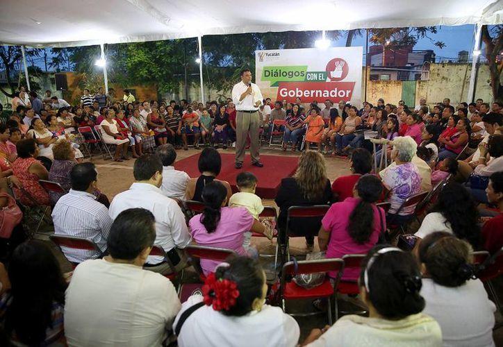 El gobernador Rolando Zapata Bello durante su diálogo con vecinos del fraccionamiento Rinconada de Chuburná. (SIPSE)