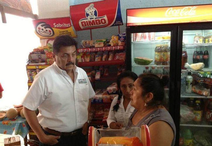 Agapito Magaña con locatarias en el mercado municipal. (Lanrry Parra/SIPSE)