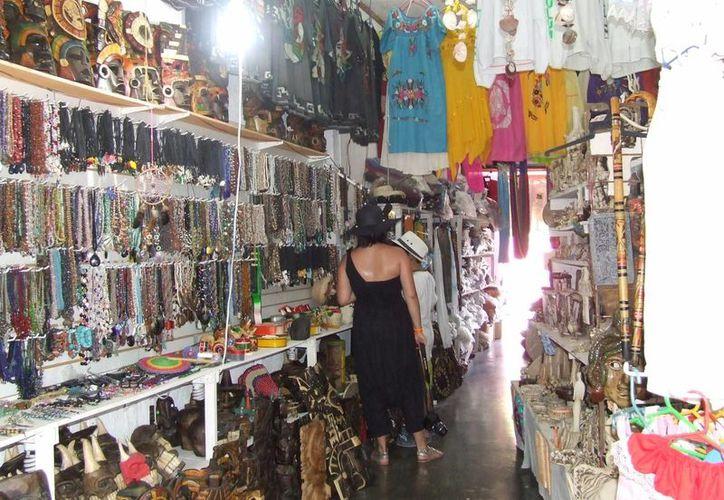 Las tiendas de regalos y ropa son las más beneficiadas durante las fiestas decembrinas. (Rossy López/SIPSE)