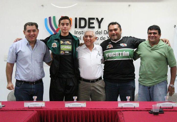 El poste yucateco David Pérez Soberanis estuvo con el director del IDEY antes de partir hacia la Ciudad de México para integrarse a una Academia de la Conade. (Milenio Novedades)