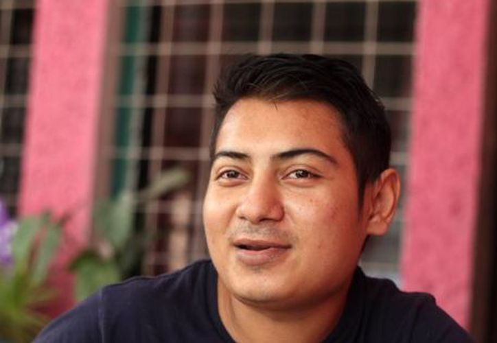 Sergio Góngora  vive en casa de sus padres, quienes lo apoyan para sus cuatro diálisis, además de cuidar su alimentación y seguimiento médico. (Jorge Acosta/Milenio Novedades)