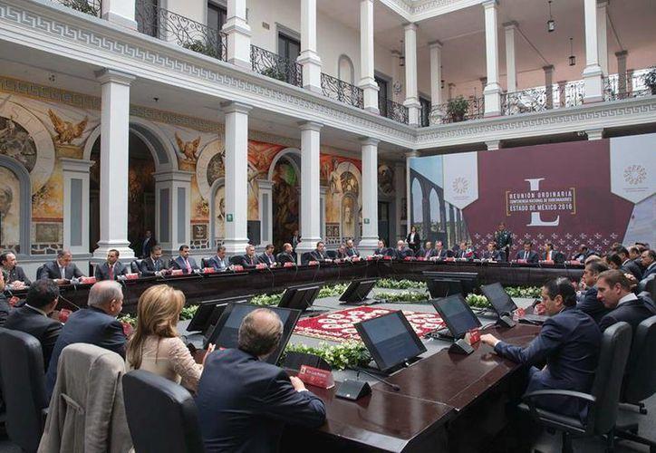 Peña Nieto dijo ante la Conferencia Nacional de Gobernadores que las más de mil 800 corporaciones policiacas del país no cuentan con la capacitación suficiente. (Facebook/Enrique Peña Nieto)