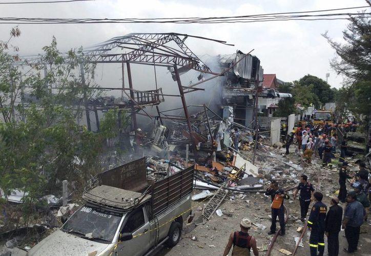 Los bomberos trabajan en el lugar de la explosión, la cual dejó siete muertos y 20 heridos. (EFE)