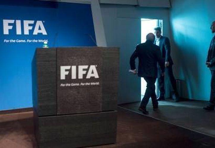 Joseph Blatter saliendo de la conferencia donde renunció a la presidencia de la FIFA el pasado 2 de junio. Este lunes el comité ejecutivo de dicha federación deberá fijar fecha para la elección de su nuevo presidente.(Archivo/ AP)