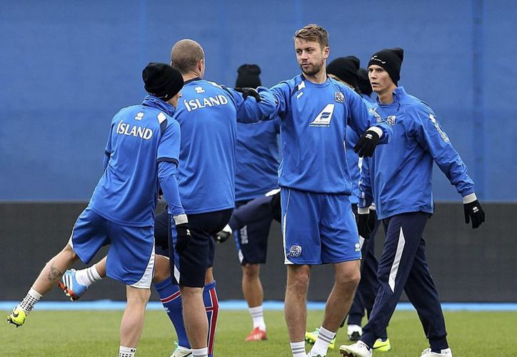 La selección islandesa entrena previo al juego que le daría el pase a su primer Mundial. (EFE)