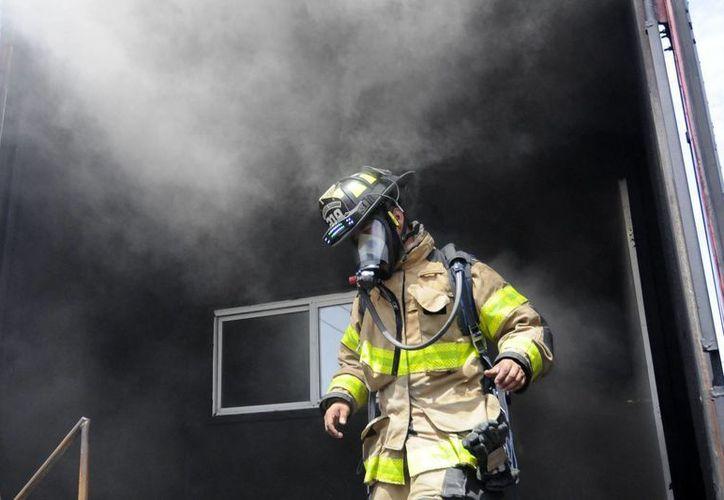 En 2006 fue la última ocasión que se dotó de equipo al cuerpo de bomberos. (Notimex)