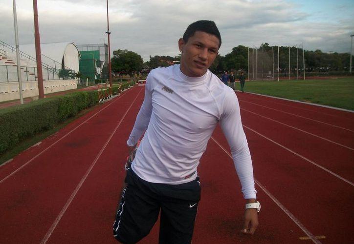Berchelt corrió en la pista de tartán del estadio Salvador Alvarado y se dijo preparado para lo mejor en 2014. (Milenio Novedades)