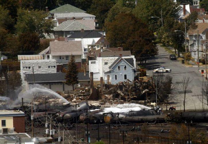 Los equipos de rescate están esperando a que el incendio se extinga por si solo para verificar los daños. (EFE)
