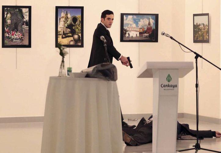 Andrei Karlov fue asesinado durante la inauguración de una exposición de fotos en una galería de Ankara. (AP/Burhan Ozbilici)