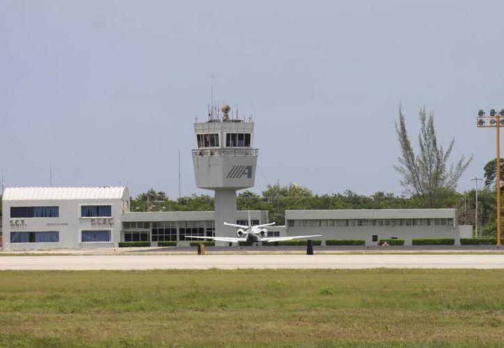De manera reciente se realizaron trabajos de mantenimiento en el Aeropuerto capitalino con una inversión cercana a los 10 millones de pesos. (Harold Alcocer/SIPSE)