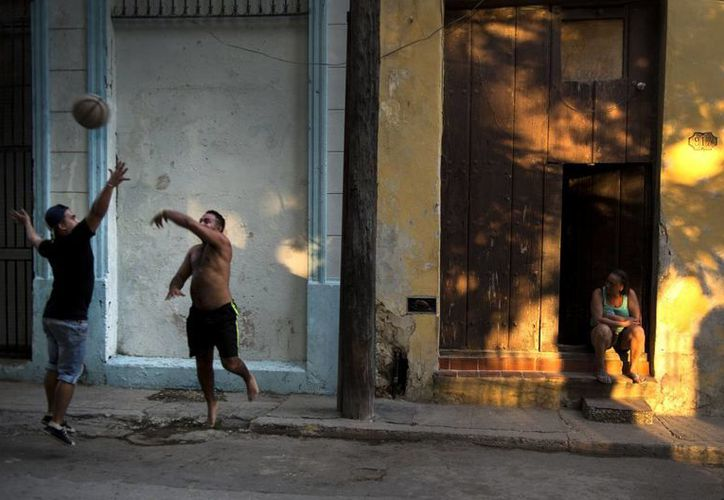 La NBA ofrecerá en Cuba un campamento de desarrollo de jugadores de alto rendimiento y talleres a niños y jóvenes de la isla entre el jueves y el domingo, entre otras cosas. En la foto, unos jóvenes juegan al basquetbol en la Vieja Habana. (Foto: AP)