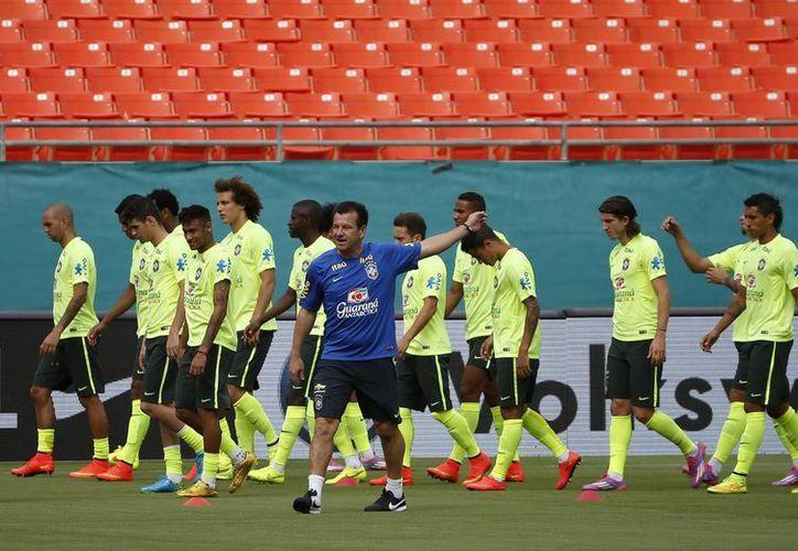 Dunga (c) lidera un entrenamiento de la Selección de Brasil con miras a un partido amistoso. (EFE)