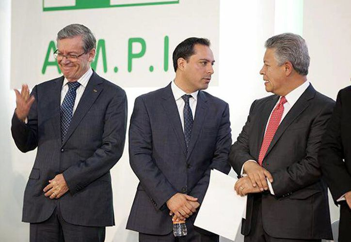 El alcalde de Mérida asistió este miércoles a la toma de protesta de la presidenta nacional de AMPI. (Foto cortesía)