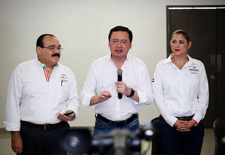 Osorio Chong ofreció una conferencia de prensa en Mérida, acompañado de los candidatos a senadores Jorge Carlos Ramírez Marín y Verónica Camino Farjat. (Milenio Novedades)