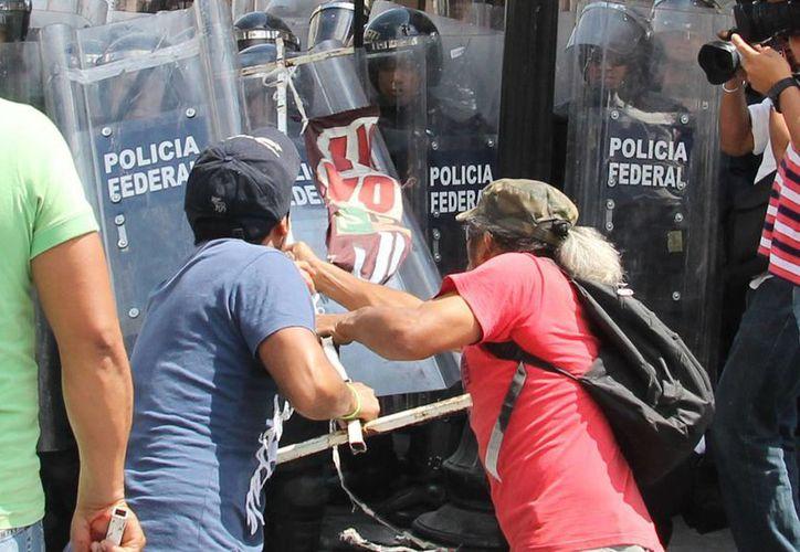 Enfrentamiento reciente entre maestros de la CNTE en Morelia y fuerzas policiacas. (Notimex/Foto de archivo)