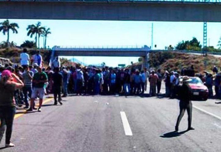Decenas de personas, de Apatzingán amenazaron con armarse e ir a <i>liberar</i>, al municipio de Parácuaro de los grupos de autodefensa que están en el lugar. (Foto tomada de quadratin.com.mx)
